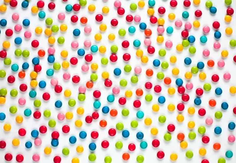 Hintergrund von mehrfarbigen süßen Süßigkeitsdragées lizenzfreie stockfotos