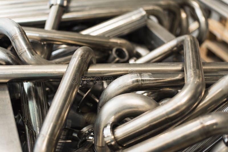 Hintergrund von Metallverdrehten Rohren Glänzende saubere indirekte Rohre stockfoto