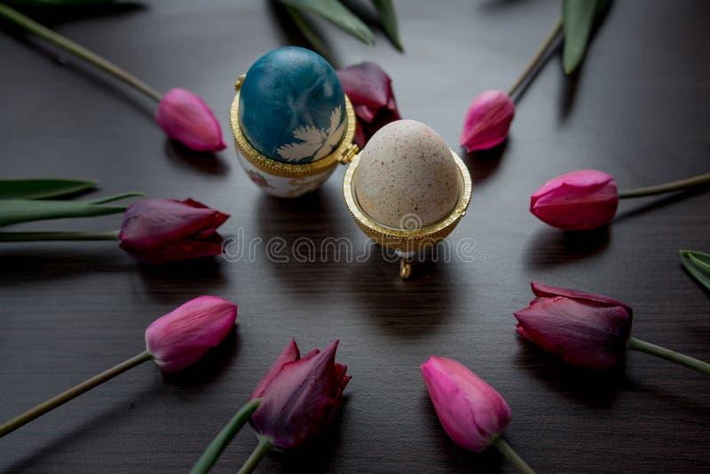 Hintergrund von Osterferien mit gemalten Eiern in empfindlichem zusätzl. stockfotos