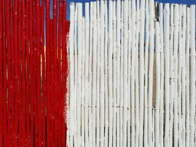 Hintergrund von roten und weißen Bambusstöcken lizenzfreie stockbilder