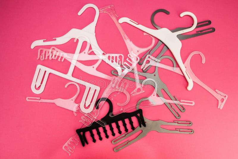 Hintergrund von zerstreuten Aufhängern für Kleidung auf einem Rosa lizenzfreies stockbild
