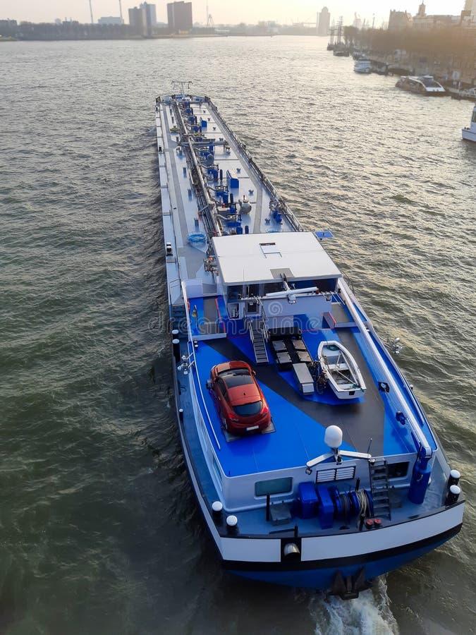 Hintergrundautotransportverkehrs-Seefracht-Hafens des Lastkahnschiffs Draufsicht Rotterdam des blauen See stockfotos