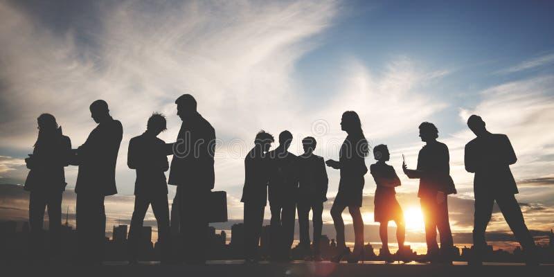 Hintergrundbeleuchtete Geschäftsleute Diskussions-Kommunikations, dieconcep treffen lizenzfreie stockfotografie