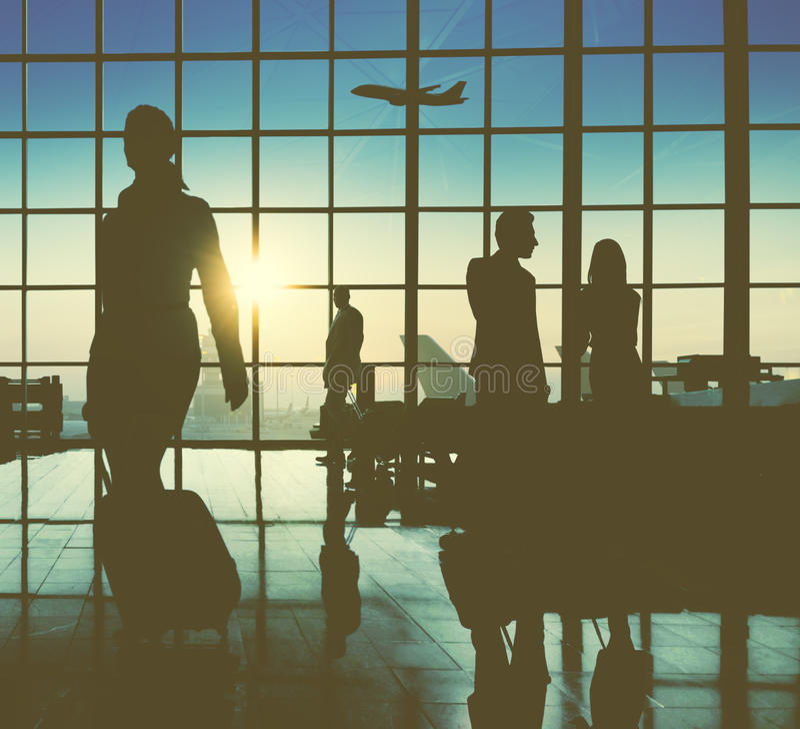 Hintergrundbeleuchtete Geschäftsleute reisende Flughafen-Passagier-Konzept- stockbilder