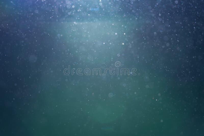 Hintergrundbeleuchtete wirkliche Staubteilchen mit Blendenfleck stockfotos