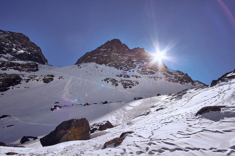 Hintergrundbeleuchteter Berg in Toubkal-Region Marokko lizenzfreie stockbilder
