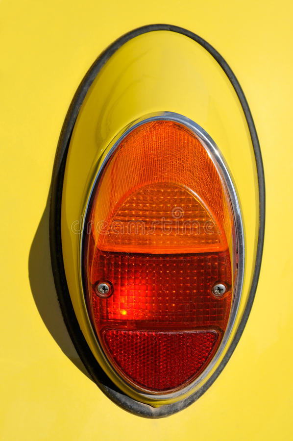 Hintergrundbeleuchtung auf einem Auto lizenzfreie stockbilder