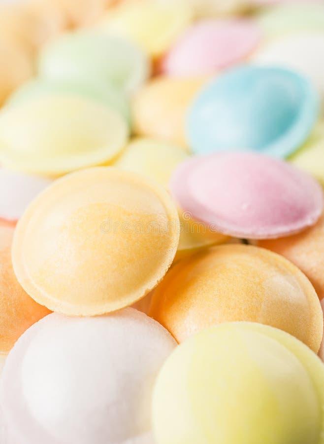 Hintergrundbeschaffenheit gemacht von vielen runden Süßigkeiten lizenzfreies stockbild
