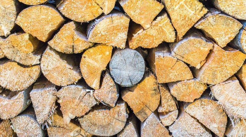 Hintergrundbeschaffenheitsabschluß herauf vollen Rahmen eines Stapels des geschnittenen Brennholzes lizenzfreies stockfoto