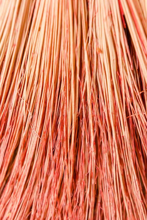 Hintergrundbesenabschluß oben Kehren Sie roten Besen der Beschaffenheit stockfotografie
