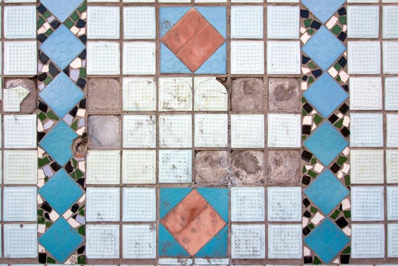Hintergrunddetail des Keramikziegels bedeckte schäbige Wand mit Sprüngen, horizontale abstrakte Verzierungsoberflächenbeschaffenh vektor abbildung