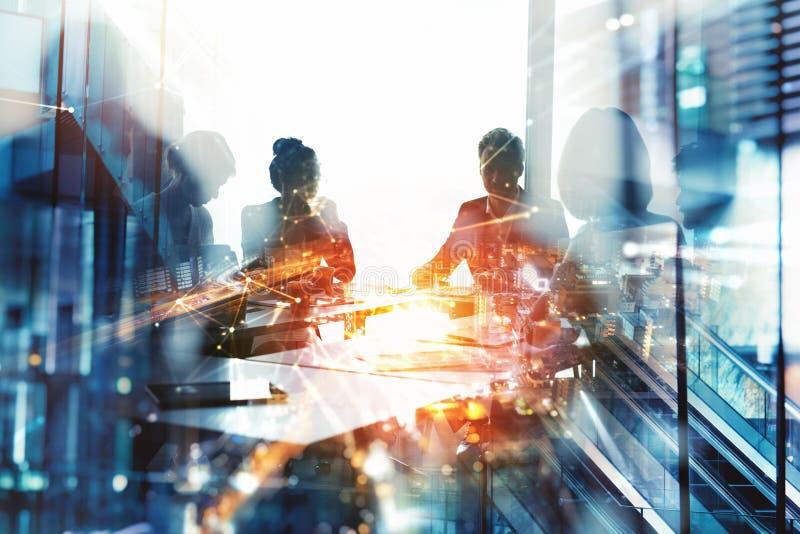 Hintergrundkonzept mit Geschäftsleuten Silhouette am Arbeitsplatz Doppelte Belichtung und Lichteffekte lizenzfreie stockfotos
