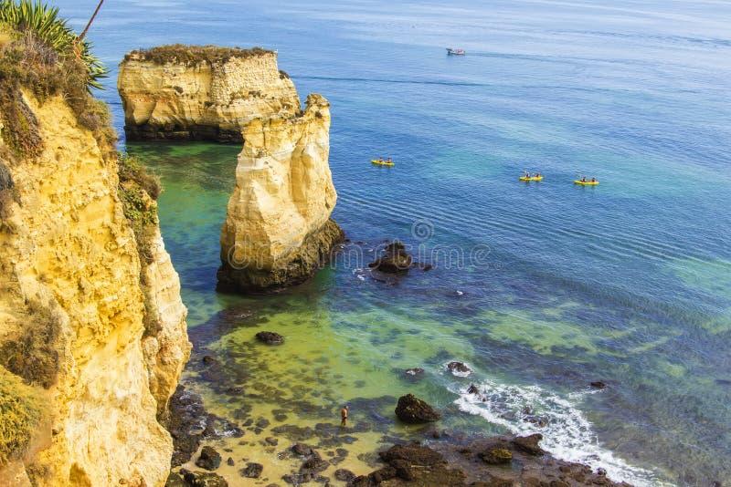 Hintergrundlandschaft: Atlantik und der Strand mit Höhlen und Inseln in Lagos stockbilder