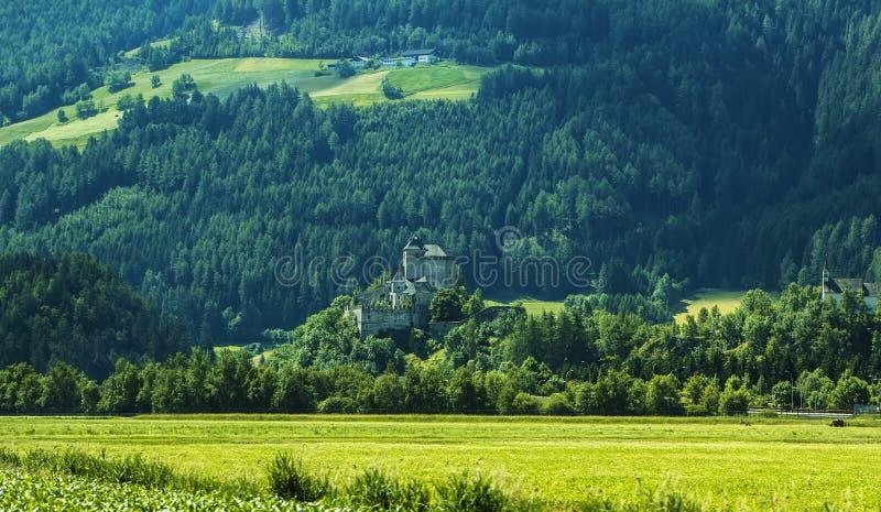 Hintergrundlandschaftsansicht des aAncient Schlosses unter den Feldern in Tirol stockfotografie