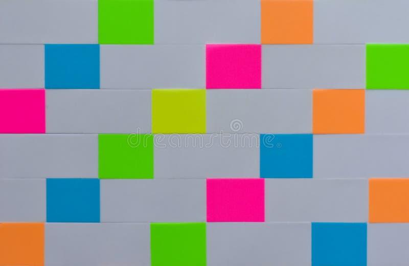 Hintergrundlinie Beschaffenheit von farbigen rechteckigen Büroaufklebern stockbilder