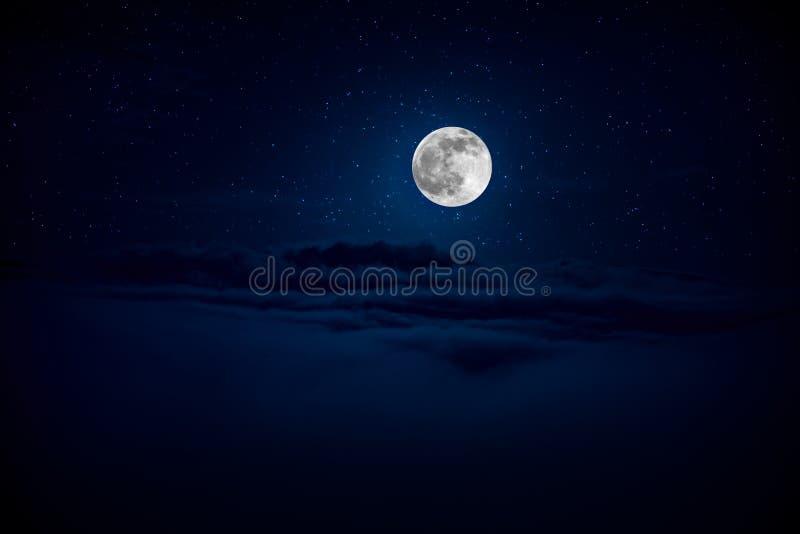 Hintergrundn?chtlicher himmel mit Sternen und Mond und Wolken Schöner Vollmond über Wolken stockbilder