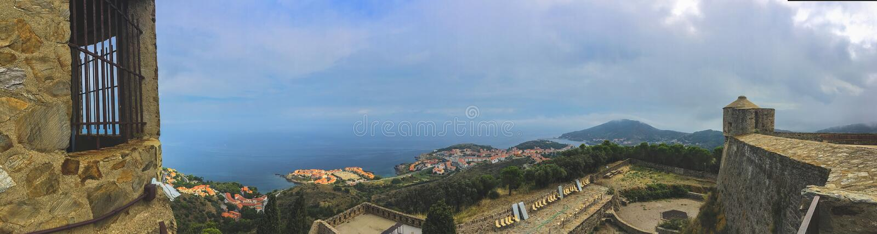 Hintergrundpanoramablick der Wände und des Turms der Fort Stern- und colliurstadt unten, Languedoc-Roussillon lizenzfreie stockbilder