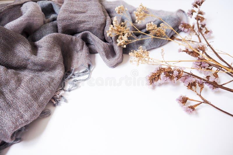 Hintergrundschablonen mit leerem Textraum auf Gewebe und dekorativen Trockenblumen stockbilder