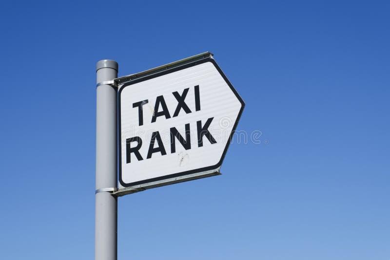 Hintergrundschwarzfahrerhaus uber Transportbeitragsreihen-Wartezeit Signage London des blauen Himmels des Taxistandzeichens lizenzfreie stockfotografie