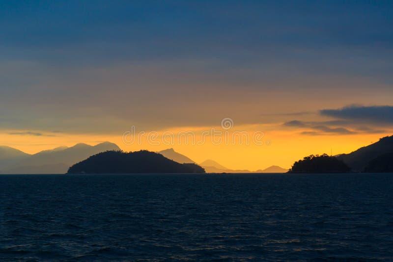 Hintergrundsonnenuntergangseegebirgsinsel Ilha groß, Brasilien lizenzfreies stockfoto