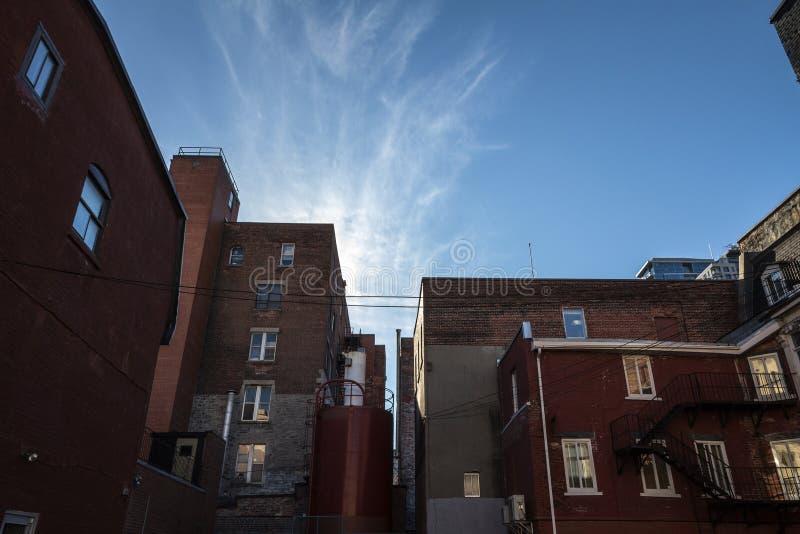 Hinterhof etwas alter, schlechter und verfallener Gebäude des roten Backsteins, des nordamerikanischen Baustils der Weinlese, in  lizenzfreie stockfotos