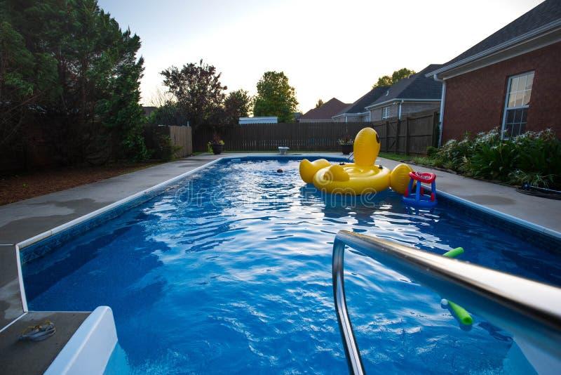 Hinterhof-Swimmingpool mit Freunden lizenzfreies stockfoto