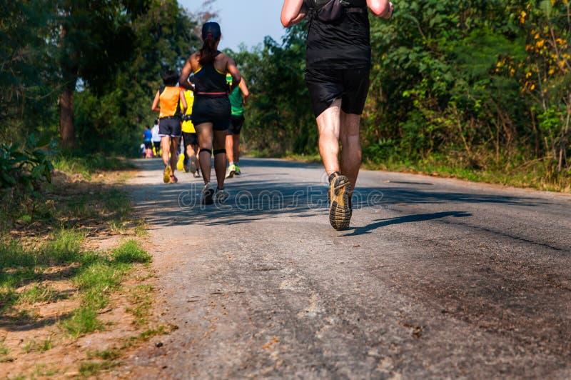 Hinterläufersprint ihr Lauf mit verschwitzter Kleidung auf dem pavem lizenzfreies stockfoto