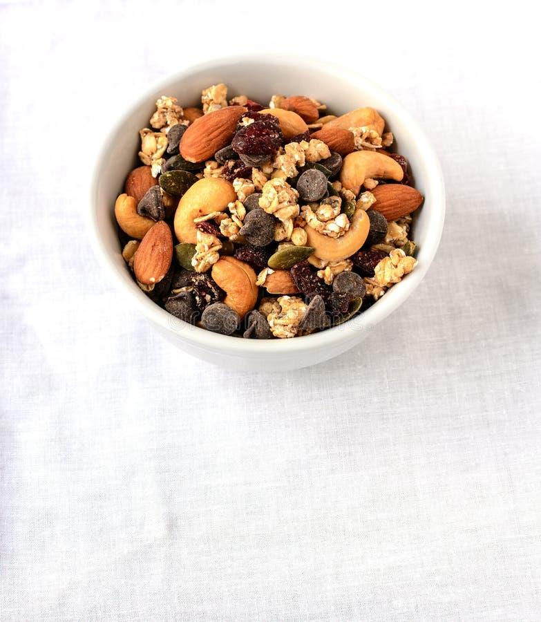 Hintermischung von trockenen Früchten und von Schokoladensplittern stockfoto