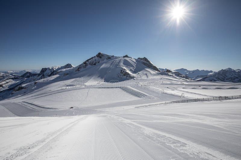 Το σκι χύνει στην κορυφή του παγετώνα Hintertux στις αυστριακές Άλπεις Ύψος - 3250 μέτρα επάνω από τη θάλασσα - επίπεδο στοκ φωτογραφία με δικαίωμα ελεύθερης χρήσης