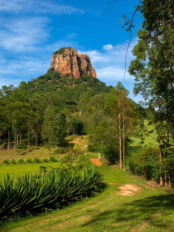Hinterweise zum Sandsteinfelsen im Obenland Sao Paulo - Brasilien- - Analandia-Cuscuzeiro Klettern stockfotografie