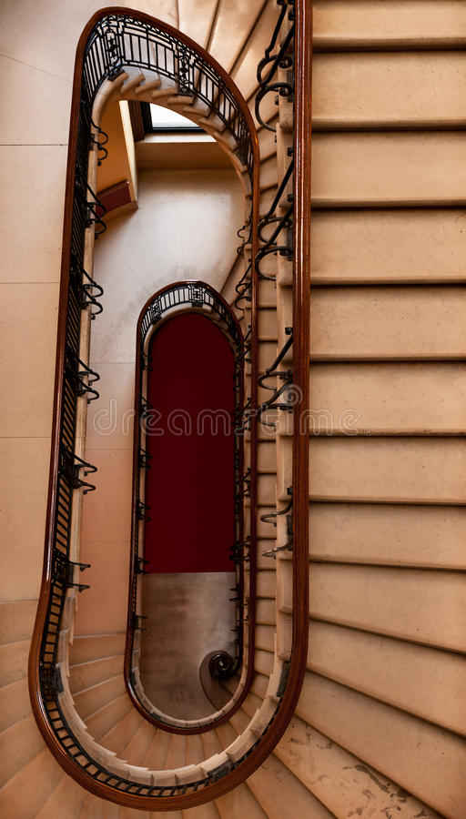 Hinunter das Wicklung-Treppenhaus stockfotografie