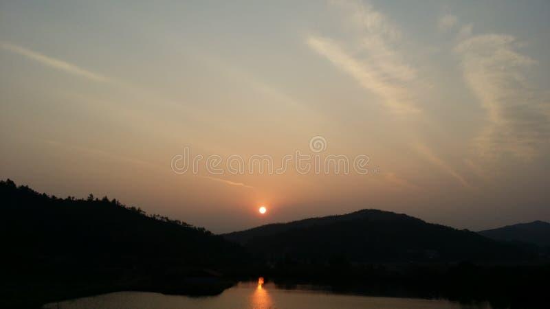 Hinunter den Sonnenuntergang stockbild