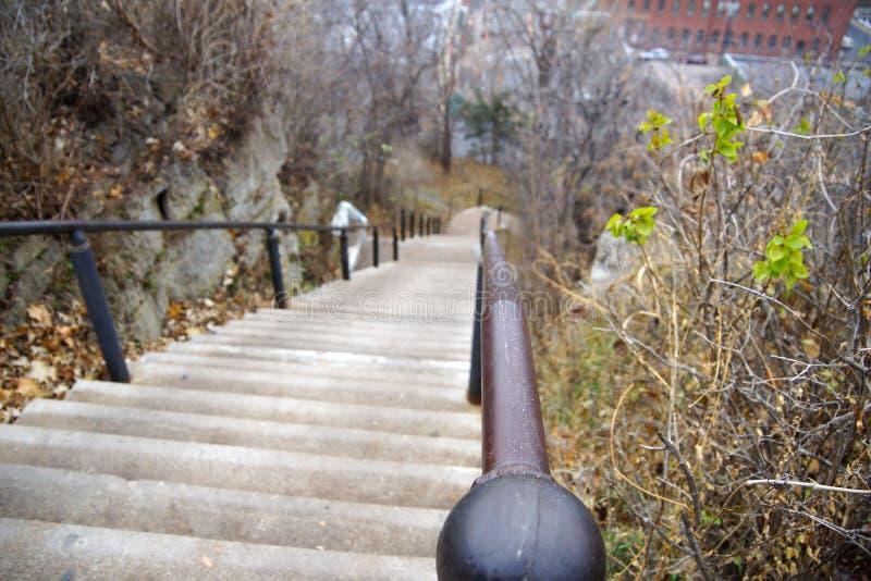 Hinunter die Treppen stockbilder