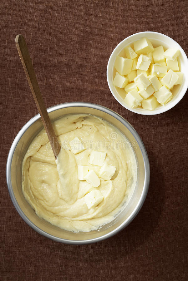 Hinzufügen der Butter der Vorbereitung stockbild