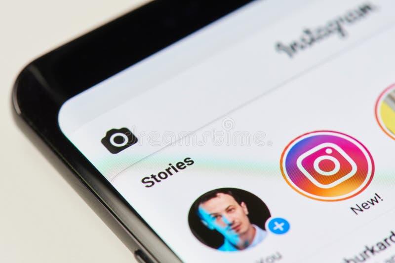 Hinzufügen der neuen Geschichte auf instagram APP stockfoto