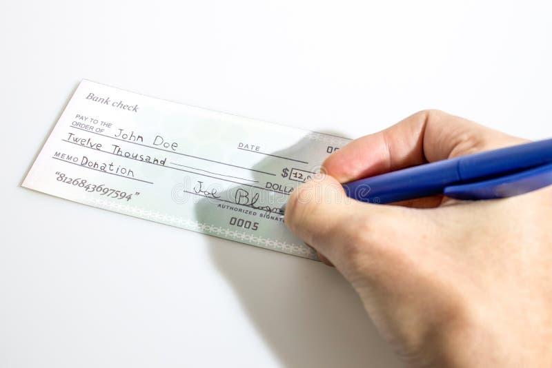 Hinzufügen der Unterzeichnung einer Bankscheckspende in einem weißen Hintergrund stockbilder