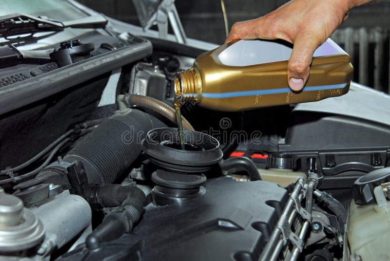 Hinzufügen des Öls einem Auto lizenzfreie stockfotos