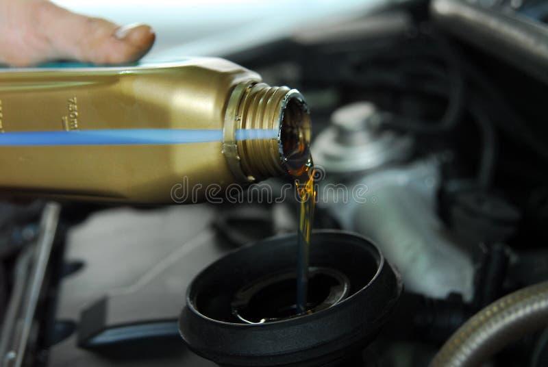 Hinzufügen des Öls einem Auto lizenzfreies stockbild