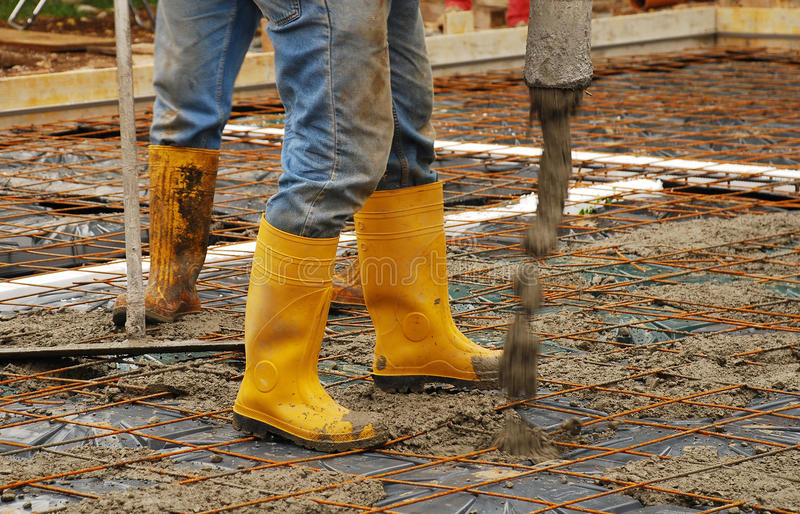Hinzufügen des Betons einer Haus-Grundlage lizenzfreies stockfoto