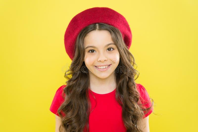 Hinzufügen eines Randes dem klassischen französischen Blick Kleines Kind, das mit Modeblick lächelt Glückliches kleines Mädchen,  stockfotos
