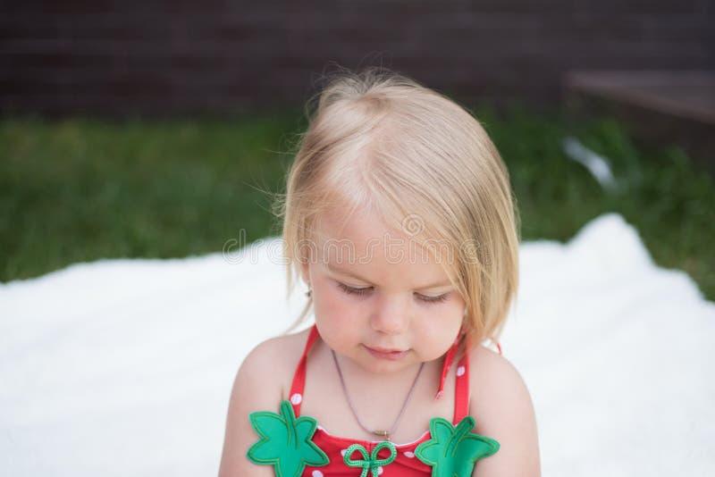 Hinzufügen von Sorgfalt Ihrem Haar Wenig natürliche Frisur der Kinderabnutzung Entzückendes Kind mit dem blonden Haar Kleines Mäd stockfotos