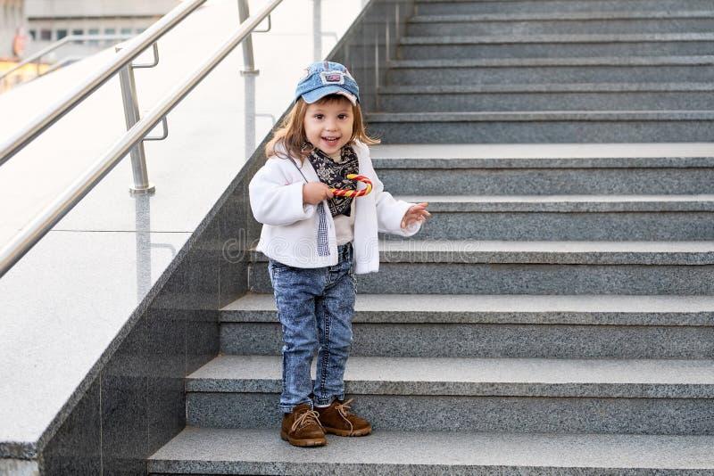 Hip-hop del bambino modello vestiti dei jeans di modo della via del bambino della ragazza immagine stock libera da diritti