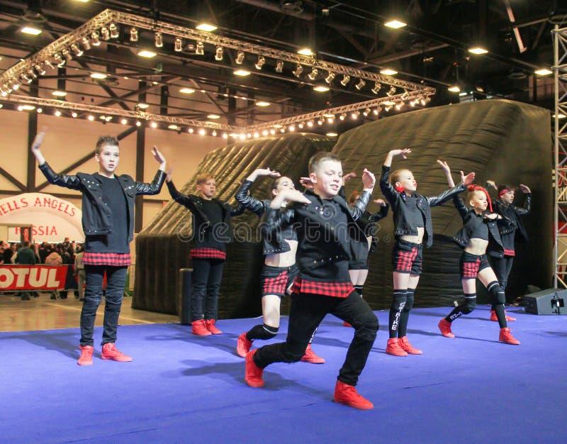 Hip-hop del gruppo di dancing in scena immagine stock libera da diritti