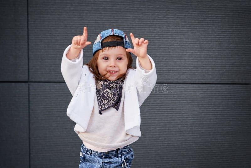 Hip-hop della neonata di modo una bambina in un berretto da baseball fotografia stock libera da diritti