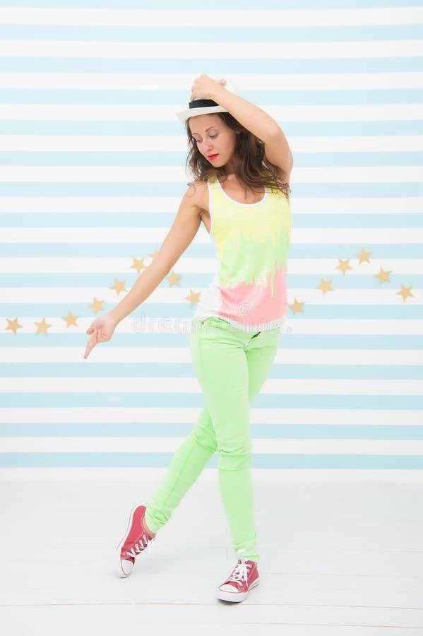 Hip Hop-Mädchen Moderne Tänzerhaltung, die Hut justiert Hübsches Mädchen mit Hip-Hop-Art Go-go Tänzer Sie erhielt die Bewegungen stockfoto