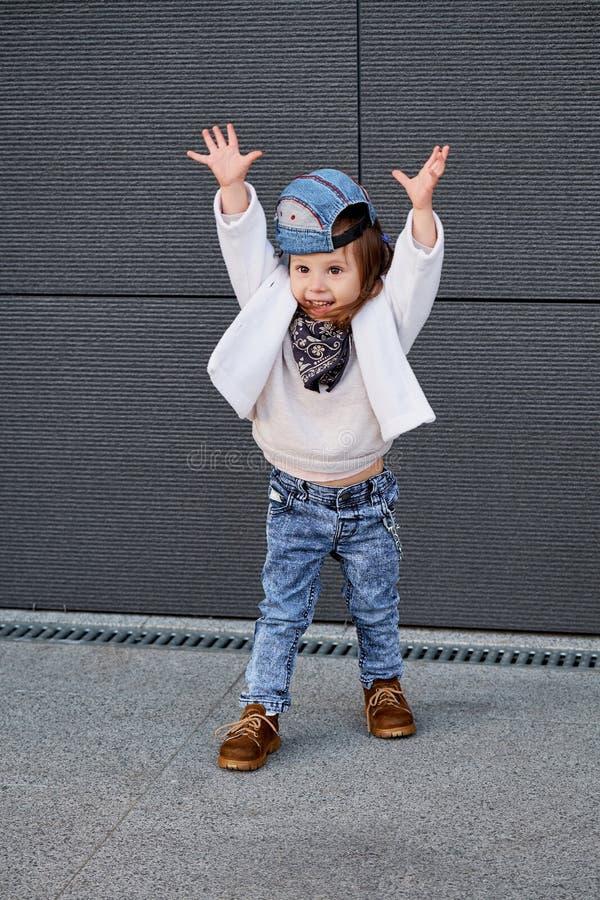 Hip-hop modelo da criança Bebê em um boné de beisebol imagem de stock