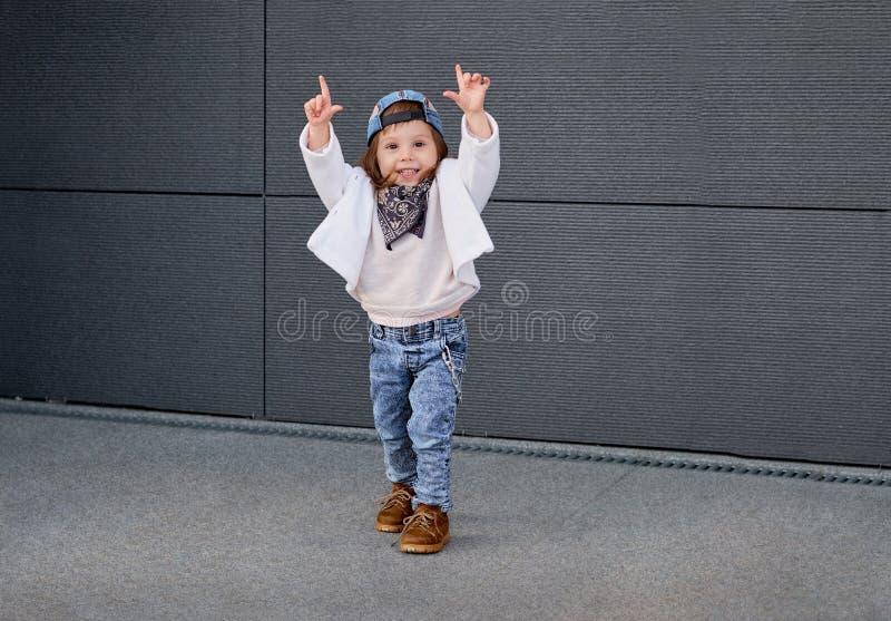 Hip-hop modelo da criança Bebê em um boné de beisebol fotos de stock