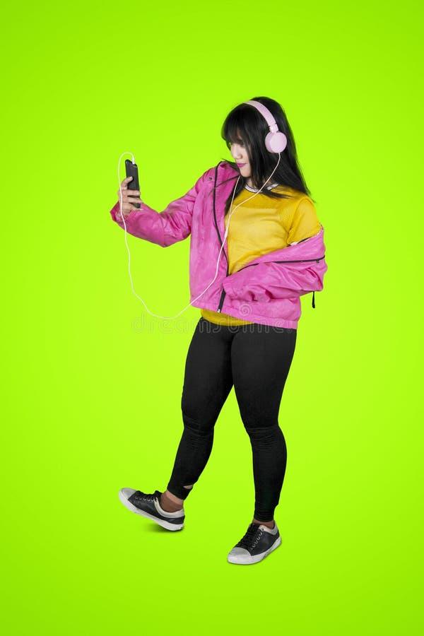 Hip-Hop-Tänzer, der ein selfie Foto auf Studio macht stockfoto
