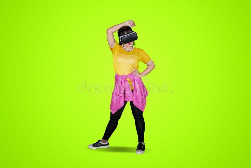 Hip-Hop-Tänzer, der Kopfhörer der virtuellen Realität verwendet lizenzfreie stockbilder
