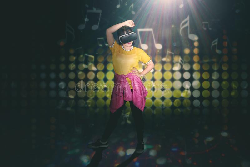 Hip-Hop-Tänzer, der mit VR-Kopfhörer durchführt stockfotografie